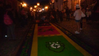 Alfombra en la calle del Arco durante la noche...esperando la procesión de las Escuelas de Cristo un Viernes Santo